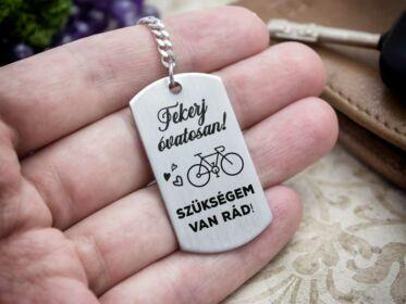 Tekerj óvatosan biciklivel acél medálos kulcstartó