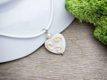 Csillogó szív gyöngyház medál nyakláncon