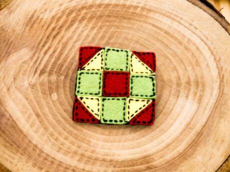 Gyapjúfilc színes kis kockák kitűző
