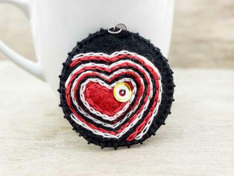Gyapjúfilc piros és fekete szíves medál