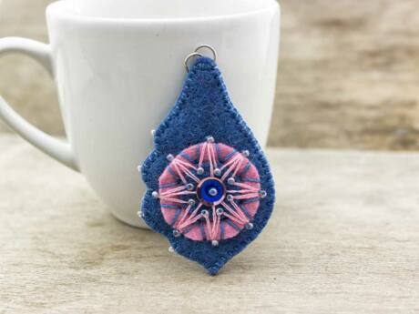 Gyapjúfilc rózsaszín és kék medál