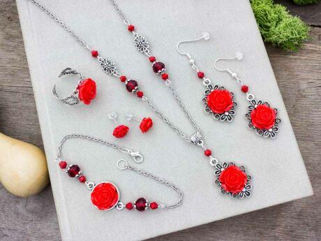 Piros színű rózsás fülbevalók karkötő gyűrű és nyaklánc szett