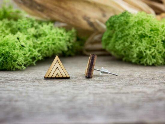 Háromszög vonalakkal lézervágott beszúrós nyírfa fülbevaló