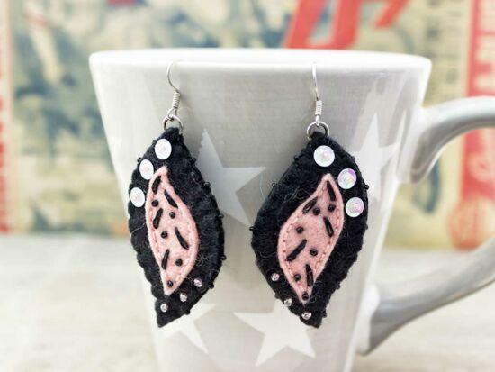 Barna és rózsaszín levél gyapjúfilc kicsi lógós fülbevaló