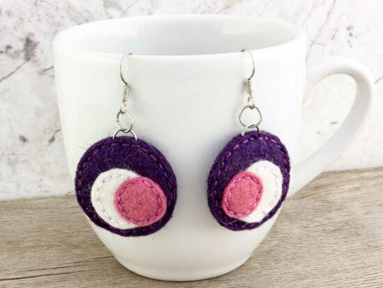 Lila és rózsaszín gyapjúfilc kicsi lógós fülbevaló