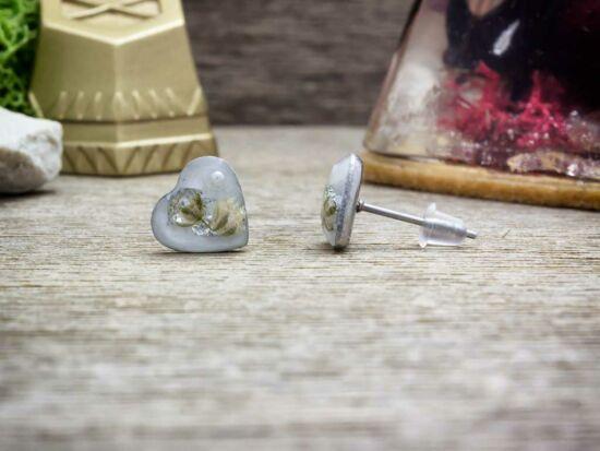 Fehér rezgő szív beszúrós gyanta acél fülbevaló