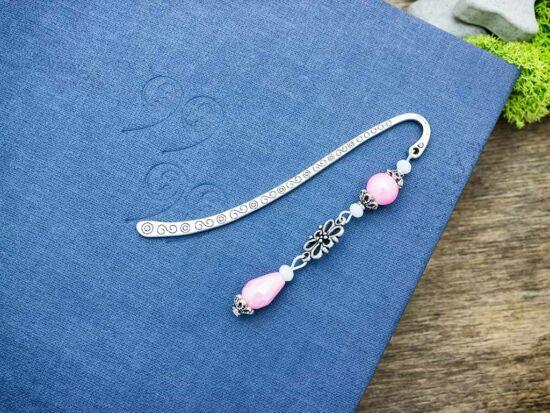 Rózsaszín virágos gyöngyös könyvjelző
