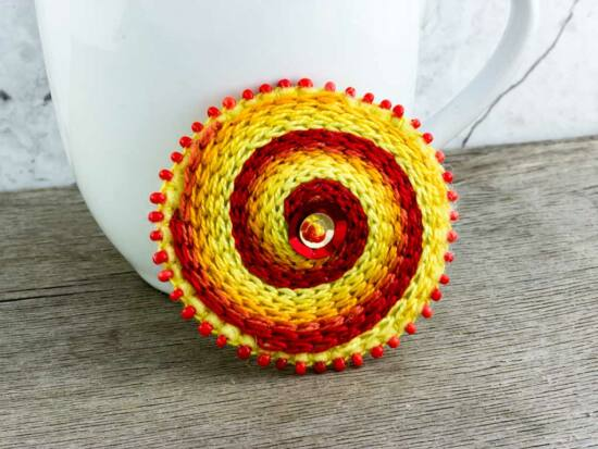 Gyapjúfilc piros és sárga örvény nagy kitűző
