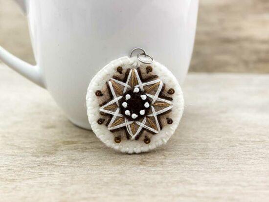 Gyapjúfilc barna és fehér csillag medál