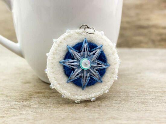 Gyapjúfilc kék és fehér csillag medál