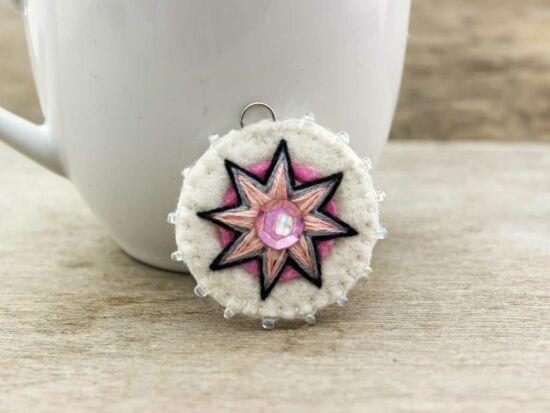 Gyapjúfilc fehér és rózsaszín csillag medál