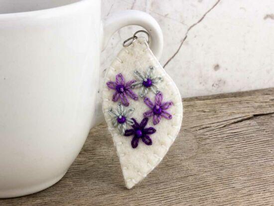Gyapjúfilc lila és szürke virágos hullám medál