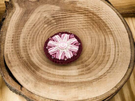 Gyapjúfilc bordó rózsaszín és fehér csillag medál