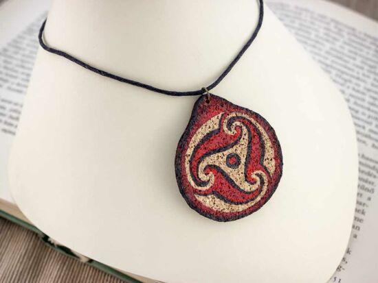 Bordó Kelta triskelion festett bőr-parafa medál nyakláncon