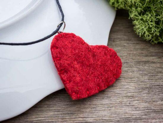 Piros szívecske nyaklánc gyapjúfilcből
