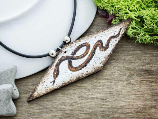 Kígyó bőr-parafa medál kaucsuk nyakláncon