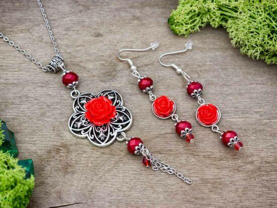 Piros színű rózsás fülbevaló és nyaklánc szett