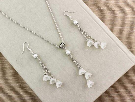 Fehér virágos nyaklánc és fülbevaló szett