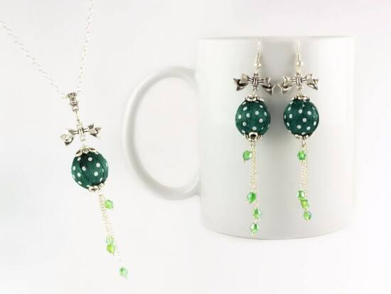 Zöld pöttyös bogyós nyaklánc és fülbevaló szett
