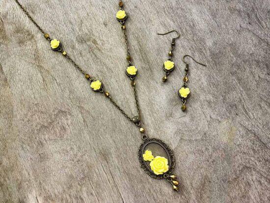 Sárga színű rózsás fülbevaló és nyaklánc szett