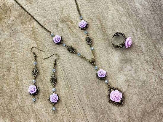 Lila színű rózsás fülbevaló gyűrű és nyaklánc szett