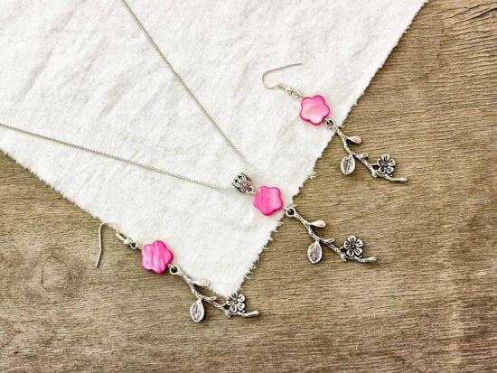 Rózsaszín gyöngyház virágos fülbevaló és nyaklánc szett