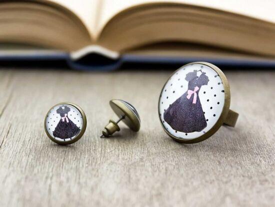 Üveglencsés ruhácskás gyűrű és fülbevaló szett