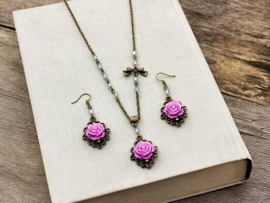 Lila színű rózsás fülbevaló és nyaklánc szett