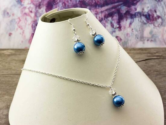 Kék és fehér kristályos gyöngyös nyaklánc és fülbevaló szett