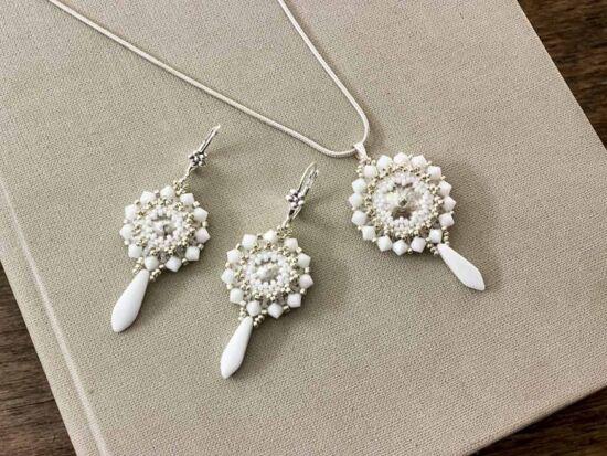 Fehér színű kristályos fülbevaló és nyaklánc szett