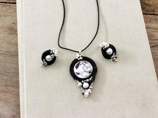 Fekete fehér virágos sujtás nyaklánc és fülbevaló szett