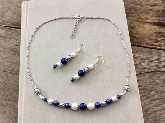 Kék és fehér gyöngyös nyaklánc és fülbevaló szett