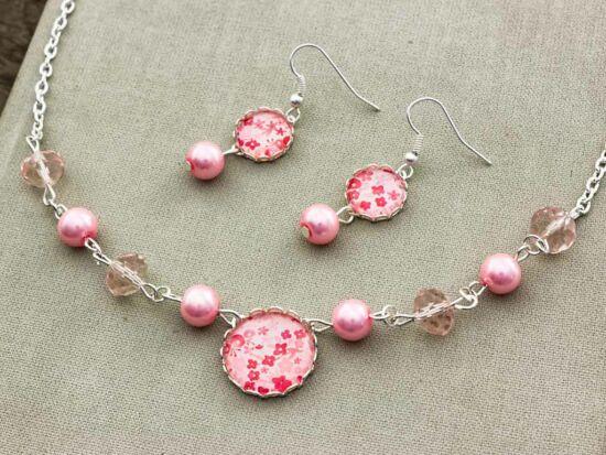 Üveglencsés rózsaszín virágos fülbevaló és nyaklánc szett