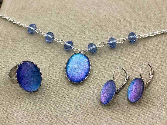 Üveglencsés kék csillámos fülbevaló gyűrű és nyaklánc szett