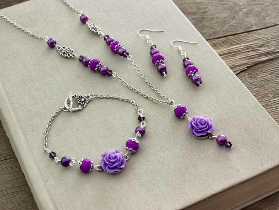 Lila színű rózsás fülbevaló karkötő és nyaklánc szett