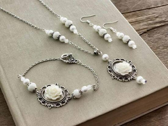 Fehér színű rózsás fülbevaló karkötő és nyaklánc szett