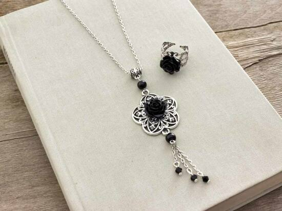 Fekete színű rózsás gyűrű és nyaklánc szett