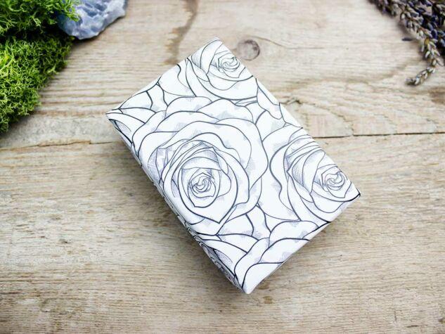 Ajándékdoboz rózsa mintás fekete fehér színű M