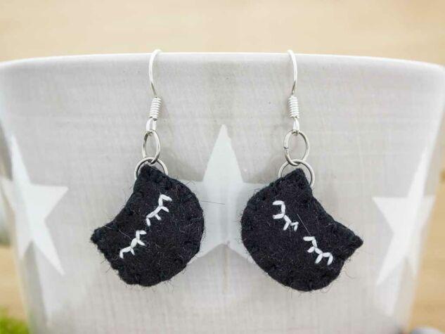 Fekete macsek gyapjúfilc lógós fülbevaló