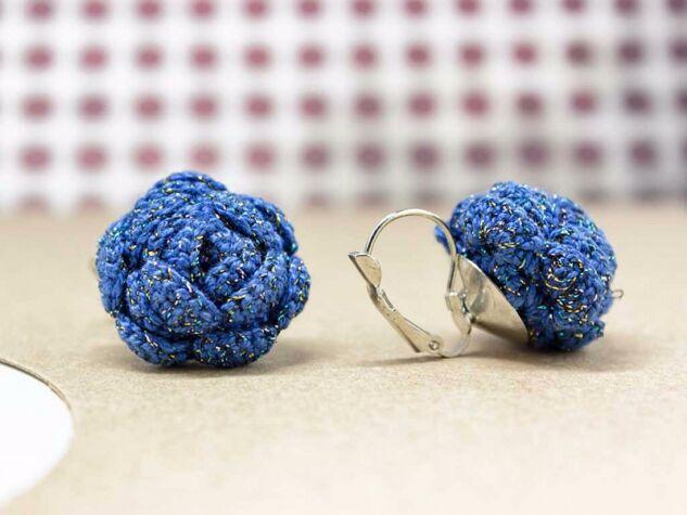 Horgolt kék virágos fülbevaló