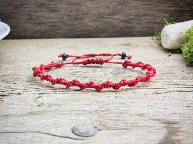 Csavart piros makramé karkötő