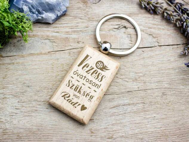 Vezess óvatosan fa medálos kulcstartó