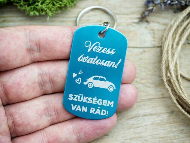 Vezess óvatosan medálos kulcstartó