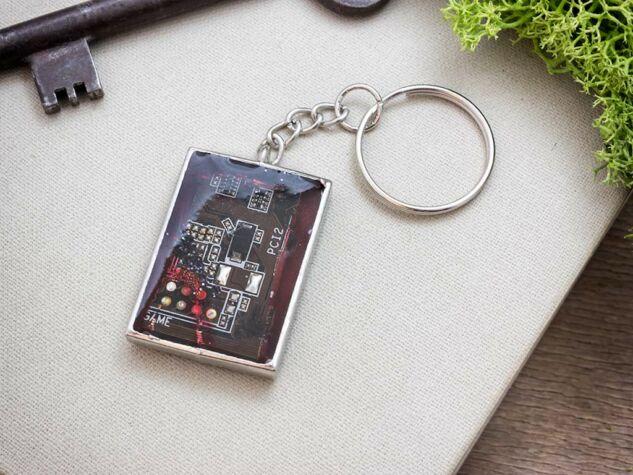 Vörös chip műgyanta kulcstartó