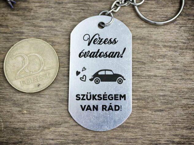 Vezess óvatosan autót medálos kulcstartó