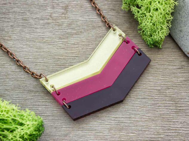 Modern irány színek harmóniája medál nyakláncon