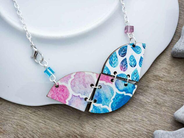 Kék és rózsaszín harmóniája fa medál nyakláncon