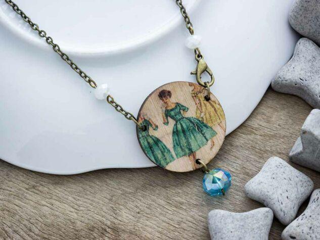 Kék dressz fa medál nyakláncon