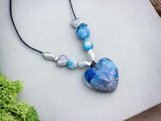Orgonit  műgyanta szív medál ásvány törmelékkel nyakláncon