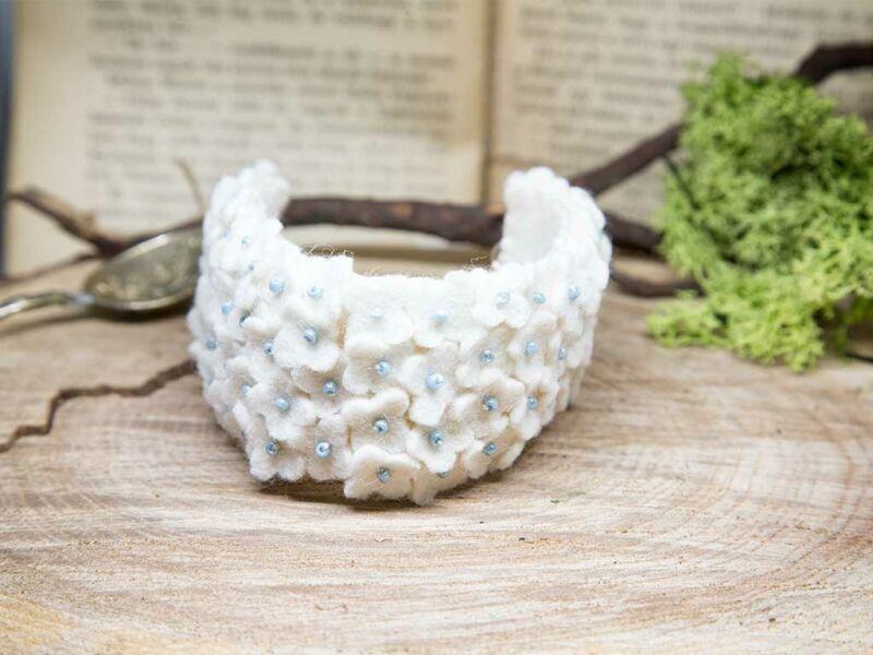 Gyapjúfilc fehér virágmező karkötő